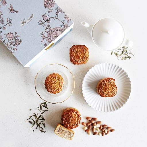 Assorted Baked Mooncakes in Premium Mooncake Box 特选烘皮月饼与精致月饼礼盒